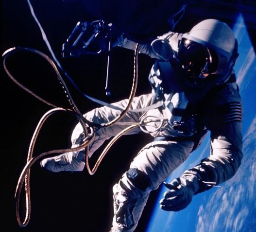Справляют нужду в открытом космосе