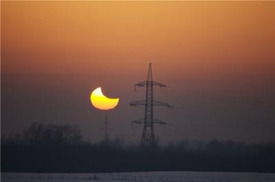 Частное солнечное затмение (видна сильная рефракция атмосферы)