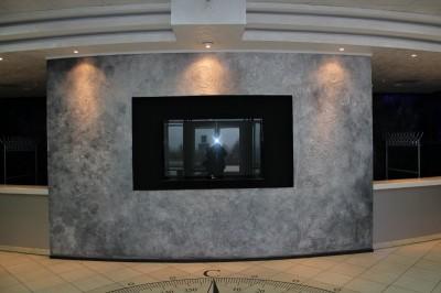 При входе в Центр посетителей встречает экран большого телевизора - сейчас он выключен, но днём транслирует положение МКС.