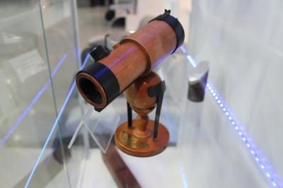 Точная копия телескопа Исаака Ньютона. Приобрести такой можно на НПЗ.